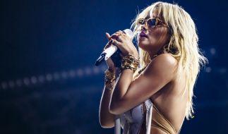 Rita Ora lässt die Brüste blitzen. (Foto)