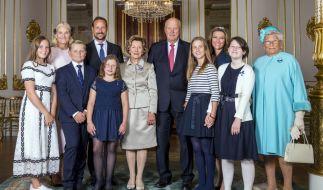 Königin Sonja muss sich nun um ihre drei Enkelinnen Maud Angelica (zweite von rechts), Lea Isadora (vierte von rechts) und Emma Tallulah (links neben ihrer Großmutter) kümmern. (Foto)