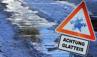 (Symbolfoto) Der Deutsche Wetterdienst (DWD) warnt aktuell vor Glatteis auf den Straßen. (Foto)