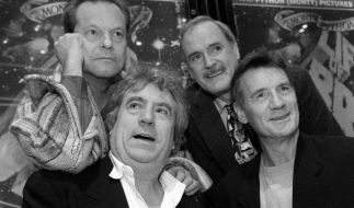 Die Comedy-Stars von Monty Python (hinten l-r) Terry Gilliam und John Cleese sowie (vorne l-r) Terry Jones und Michael. (Foto)