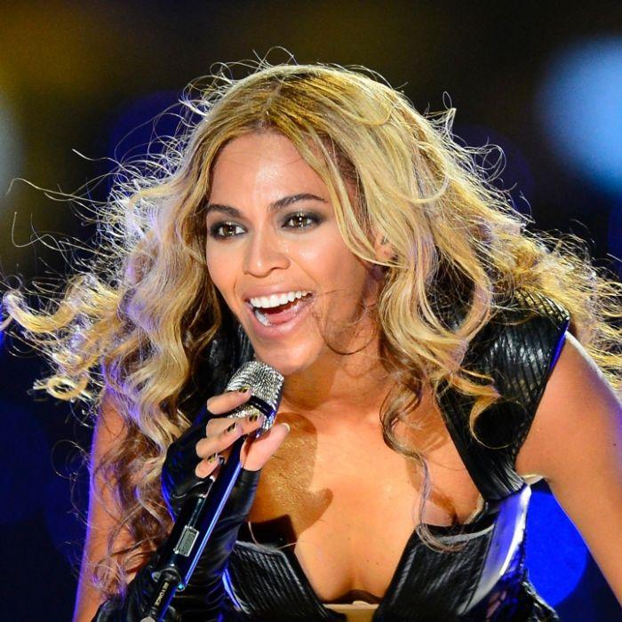 Hier fallen der Sängerin fast die Brüste raus (Foto)