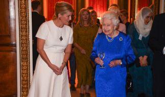 In Gegenwart ihrer Schwiegertochter Gräfin Sophie von Wessex fühlt sich Queen Elizabeth II. sichtlich wohl. (Foto)