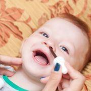 Achtung, Atemstillstand! Apotheker warnt vor DIESEN Baby-Nasentropfen (Foto)