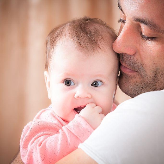 Unfassbar! Mann (22) bricht Baby (18 Monate) beide Arme (Foto)