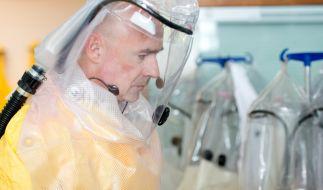 Erster Coronavirus-Fall in Deutschland wird im Schwabinger Klinikum behandelt.Der damalige Klinikleiter Götz Brodermann bei einem Pressetermin 2014 auf der Sonderisolierstation im Klinikum Schwabing mit Schutzanzug (Foto)