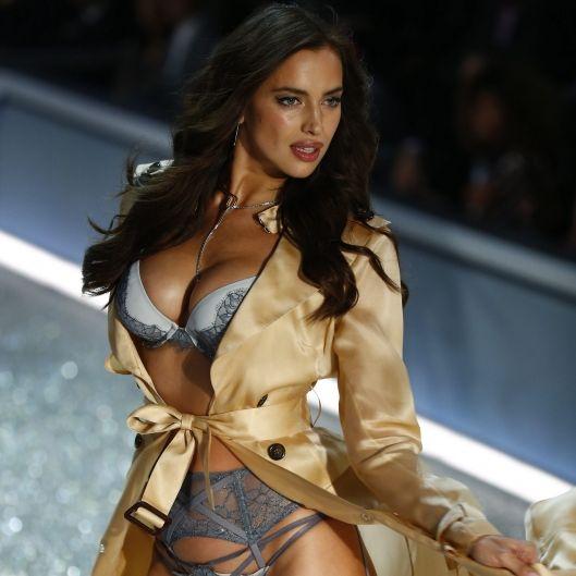 Busenblitzer! Dieser XXL-Ausschnitt versetzt die Modewelt in Aufruhr (Foto)