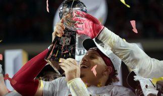 Quarterback Patrick Mahomes von den Kansas City Chiefs hält die Vince Lombardi Trophy. (Foto)