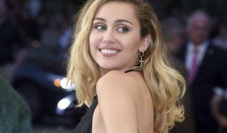 Miley Cyrus greift zur Schere. (Foto)