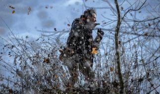 Robert (Lorenzo Patané) muss sich durch den Schnee-Sturm kämpfen. Schafft er es zu Evas Geburt? (Foto)