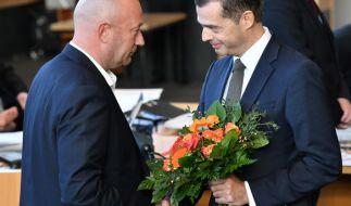 Mike Mohring, (r) CDU-Fraktionschef gratuliert Thomas Kemmerich (l, FDP), dem neuen Thüringer Ministerpräsidenten. (Foto)