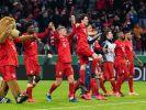 Die Spieler des FC Bayern München feiern nach dem Spiel ihren Sieg mit den Fans. (Foto)