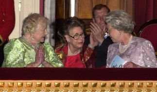 Prinzessin Margaret, hier bei einer Veranstaltung anlässlich des 100. Geburtstages von Queen Mum (li.), starb 2002 im Alter von 71 Jahren. (Foto)