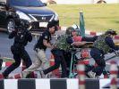 Rettungskräfte bringen eine verletzte Person in Sicherheit. Der Amoklauf in Thailand forderte 26 Menschenleben. (Foto)