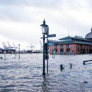 Hamburg: Der Fischmarkt mit der Fischauktionshalle steht während einer Sturmflut unter Wasser.