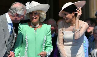 Da war die Welt für den englischen Thronfolger noch in Ordnung: Prinz Charles, Herzogin Camilla und Herzogin Meghan 2018 bei einem Gartenfest im Buckingham Palace. (Foto)