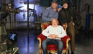 Regie-Urgestein Joseph Vilsmaier (vorn) ist im Alter von 81 Jahren gestorben. (Foto)