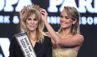 """Leonie Charlotte von Hase wird von ihrer Amtsvorgängerin Nadine Berneis zur """"Miss Germany 2020"""" gekrönt. (Foto)"""