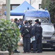 Amoklauf in Hanau: Polizeibeamter stehen nach schweren Gewalttaten am Haus, in dem der mutmaßliche Täter tot gefunden worden war.
