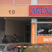 Amoklauf inHanau: Absperrband der Polizei vor einem Tatort im Hanauer Stadtteil Kesselstadt.