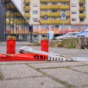 Amoklauf in Hanau: Am Tatort im Stadtteil Kesselstadt wurden Blumen abgelegt und Kerzen aufgestellt.