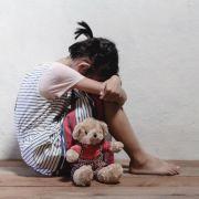 Mutter steckt Tochter (9) für Vergewaltigung in Erotik-Kostüm (Foto)