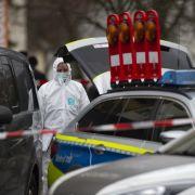 Eine Mitarbeiterin der Spurensicherung arbeitet an einem Tatort in Kesselstadt. Hier befindet sich eine der beiden Bars, auf die Schüsse abgegeben wurden.