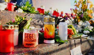 Nach dem Terroranschlag in Hanau haben Mitbürger Blumen und Trauerkerzen aufgestellt. (Foto)