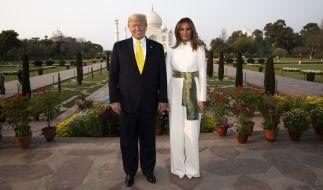 Donald Trump und seine Frau Melania Trump stehen für ein Foto vor dem Taj Mahal. US-Präsident Trump ist zu einem zweitägigen Staatsbesuch in Indien eingetroffen. (Foto)