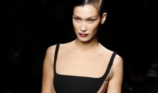 Bella Hadid lief bei der Fashion Week in Paris. (Foto)