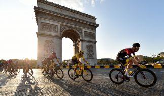 Nico Portal führte Egan Bernal (M.) 2019 zum Tour Sieg. (Foto)