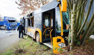 Ein Schulbus in Troisdorf ist mit einem LKW kollidiert. (Foto)