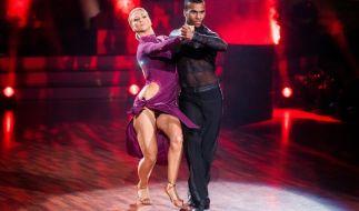 Tijan Njie und Profi-Tänzerin Kathrin Menzinger in Aktion. (Foto)