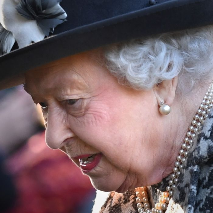 Fix und fertig! DESHALB hängt die Queen durch (Foto)