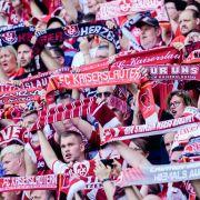 Die Fans des 1. FC Kaiserslautern jubeln ihrer Mannschaft zu. (Symbolbild) (Foto)