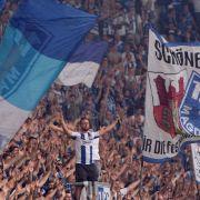 Mit Fahnen und Gesängen unterstützen die Fans den 1. FC Magdeburg. (Symbolbild) (Foto)