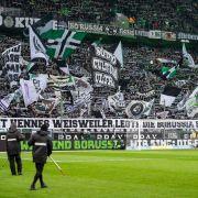 Die Fans schwenken die schwarz-grünen Fahnen von Borussia Mönchengladbach. (Symbolbild) (Foto)