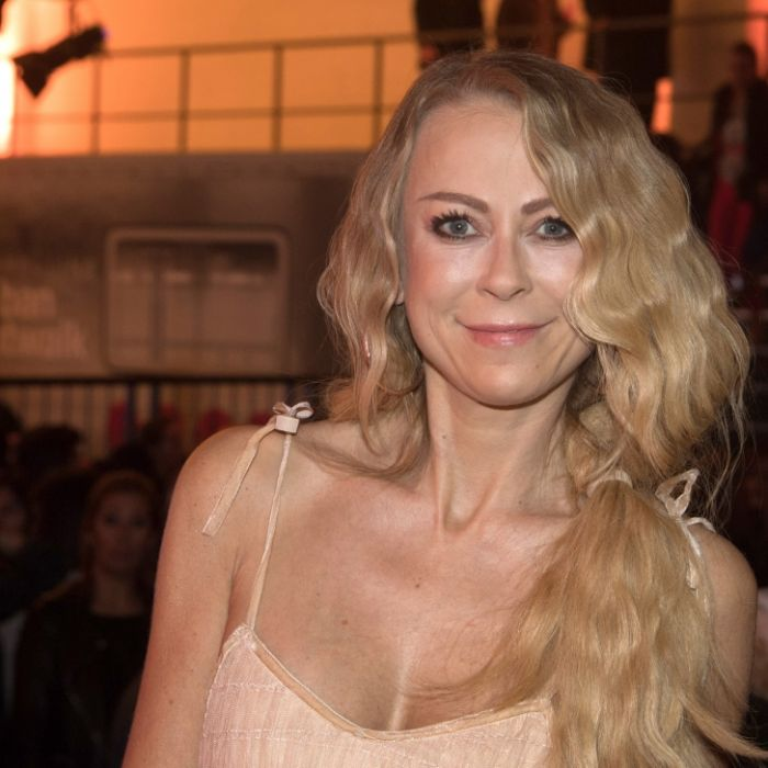 Fast nackt! Schauspielerin (47) heizt beim Poledancing ein (Foto)