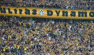 In der Fankurve von Dynamo Dresden zeigen die Dresden-Fans ihren Rückhalt für die Mannschaft. (Symbolbild) (Foto)