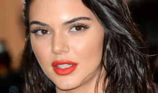 Kendall Jenner heizt ihren Fans im offenherzigen Latex-Body ein. (Foto)