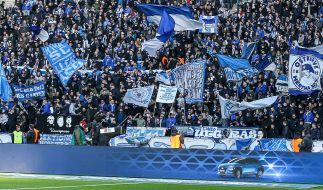 Die Fans von Hertha BSC feuern ihre Mannschaft von der Tribüne aus an. (Symbolbild) (Foto)