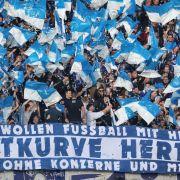 Fahnen und Konfetti fliegen in der Fankurve von Hertha BSC. (Symbolbild) (Foto)