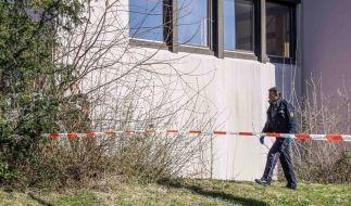 In Holzgerlingen (Kreis Böblinen) sind die Leichen zweier Männer und einer Frau in einem Wohnhaus gefunden worden. Die Polizei ermittelt. (Foto)