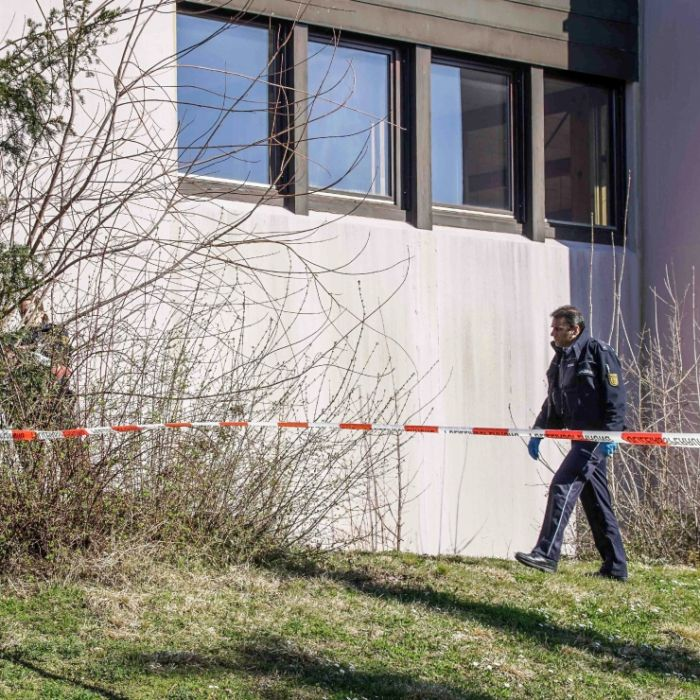 Drei Leichen in Wohnhaus entdeckt - Fahndung nach Untermieter (30) (Foto)