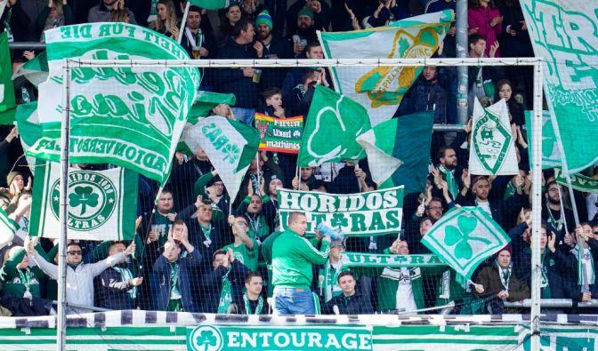 Mit Fahnen und Transparenten feuern die Fans vom SpVgg Greuther Fürth ihr Team an. (Symbolbild) (Foto)