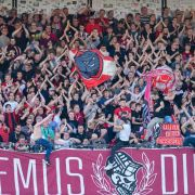 Der SV Wehen Wiesbaden wird von seinen Fans mit Jubel unterstützt. (Symbolbild) (Foto)