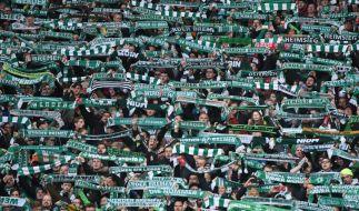 Mit den Schals in der Luft unterstützen die Fans den SV Werder Bremen. (Symbolfoto) (Foto)