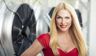 Sonya Kraus sorgt mit einem Nippel-Fake für erstaunte Fan-Gesichter. (Foto)
