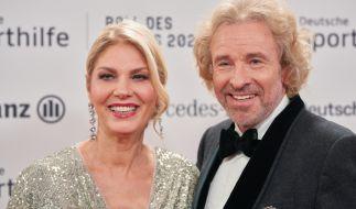 Entertainer Thomas Gottschalk steht mit Karina Mroß beim 50. Ball des Sports auf dem roten Teppich. (Foto)