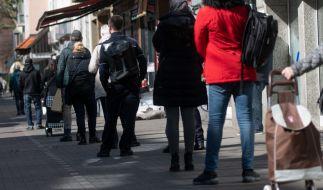 Seit Erlass der neuen Ausgangsbeschränkungen bilden sich teilweise lange Schlangen vor den Supermärkten. (Foto)