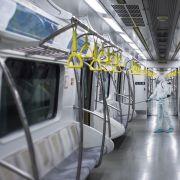 Covid-19-Infizierung? Rapper leckt Haltestangen in U-Bahnen ab (Foto)
